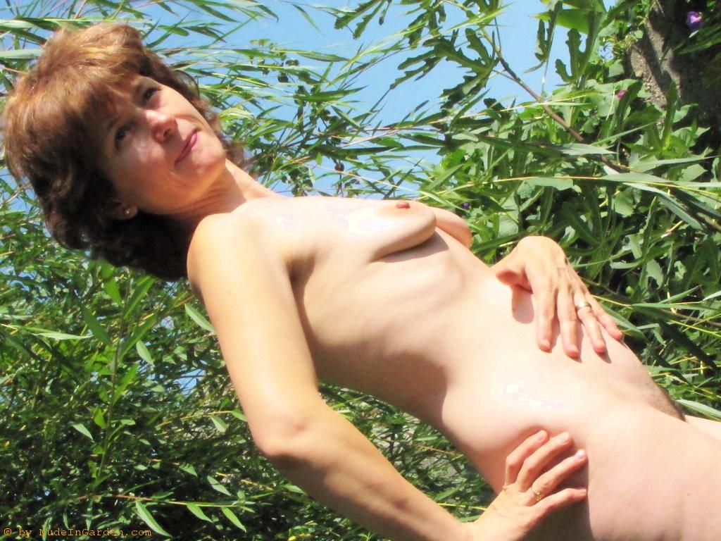 1024x768wallpaper-nude-bunny-cougarlooks-garden-vegetation