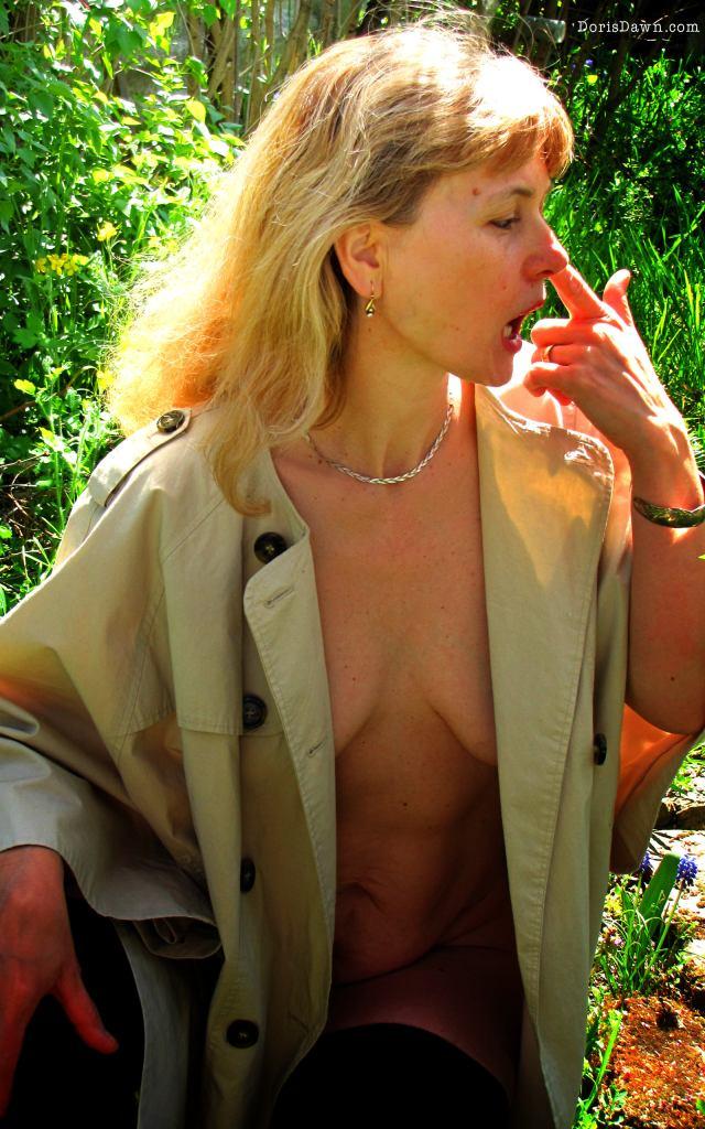 Retina-ready wallpaper: Spring is in the air. Mature model Doris Dawn.