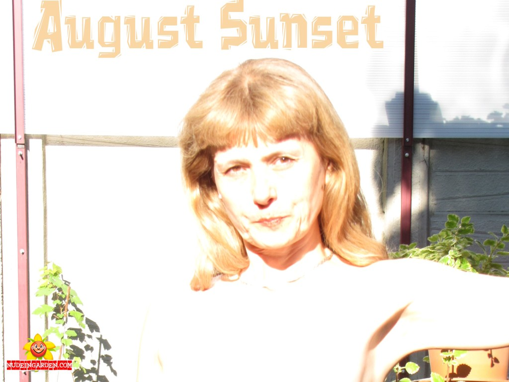 1920x1440-augustsunset-nudeingarden-doris1